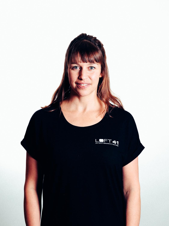 Portrait Foto von Bettina Sandner, Gründerin und Physiotherapeutin im Loft41