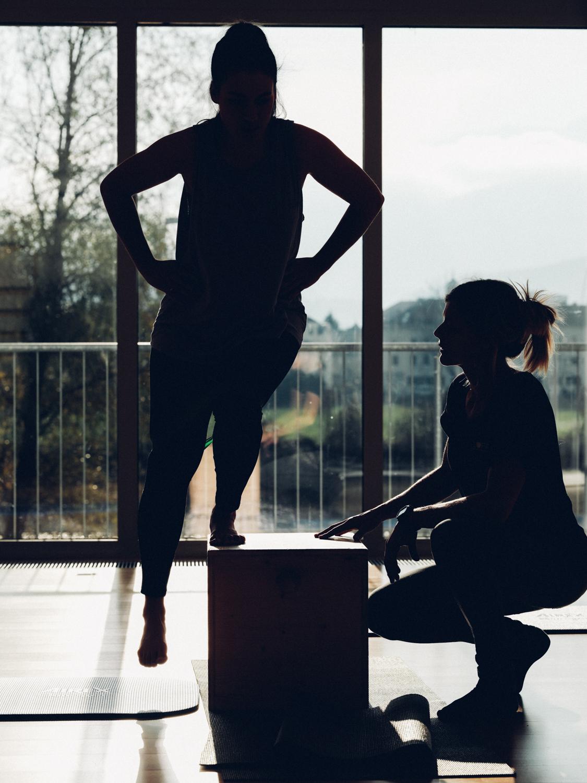 Training: Einbeinige Kniebeuge unter Anleitung der Therapeutin