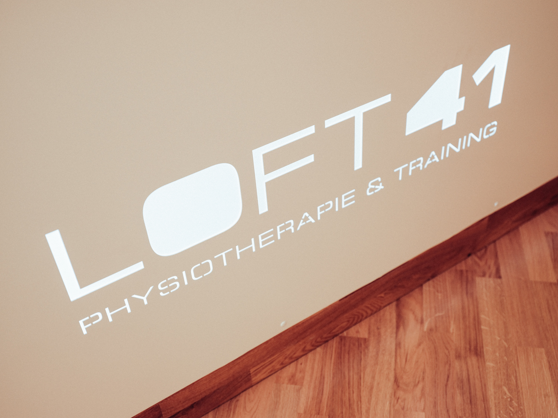 Logo von Loft 41 bei beleuchteter Rezeption