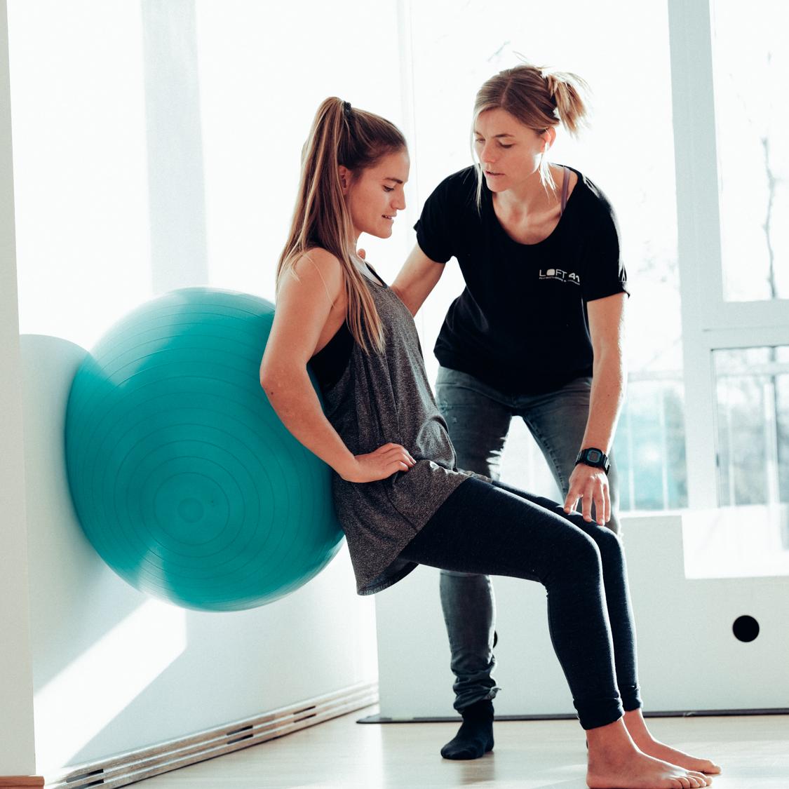 Individuelles Training mit Pezziball unter Anleitung von der Physiotherapeutin